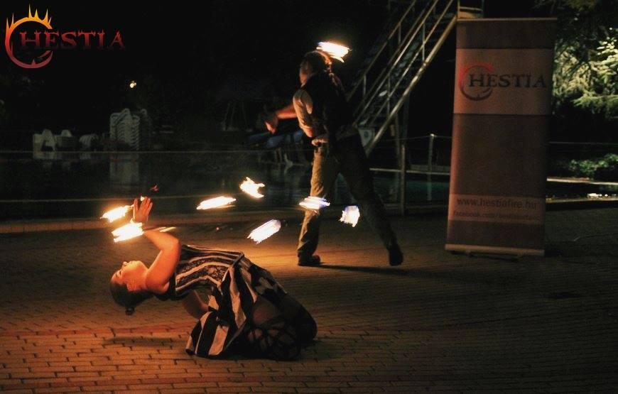 Szolgáltatásunk magyarázata tűzzsonglőrök mint rendezvény díszlet