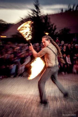 Tűzzsonglőr műsor, tűzfújó előadás
